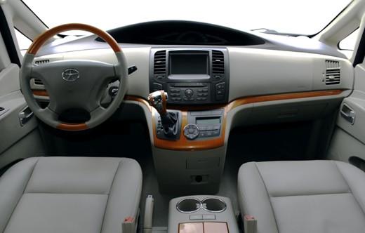 操控舒适装置上,中控台设计非常简单,中置仪表盘向驾驶员方向倾斜,中控面板为深色设计,中间提供了液晶显示器,具有导航的功能。下部左侧为变速箱挡杆,右侧为自动空调控制区。瑞风和畅还配置有电子防眩的内后视镜、液压助力转向、液压真空助力制动、方向管柱角度调节、电动玻璃升降器、前后雨刮器、带环状背景照明普通点火锁、遥控关窗功能等。